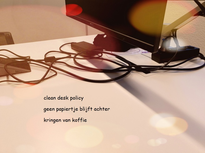 clean desc policy / geen papiertje blijft achter / kringen van koffie
